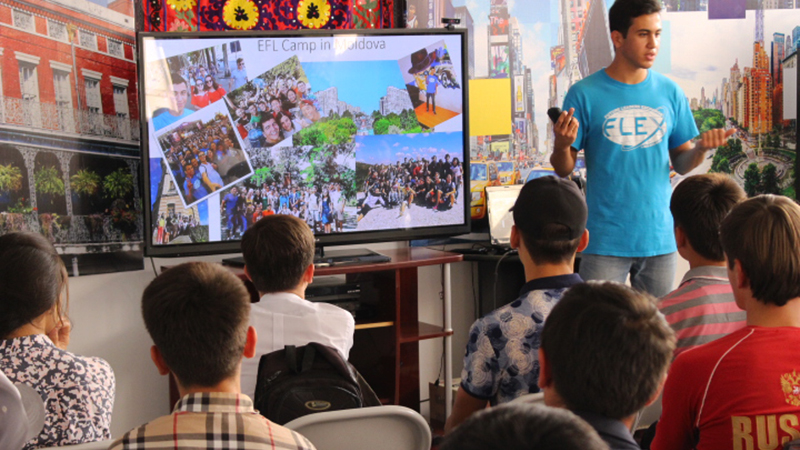 Former FLEX international student from Tajikistan presents to prospective exchange students about his time in Ohio